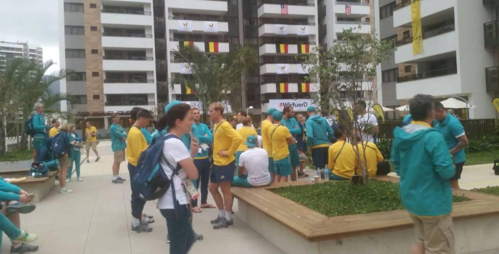 Grupo de pessoas evacuou o prédio onde está a delegação da Austrália.