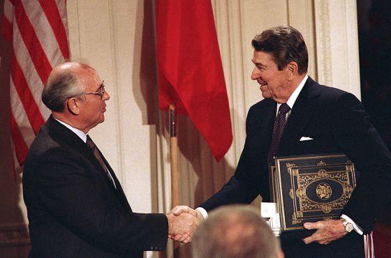 Em 8 de dezembro de 1987, o líder soviético, Mikhail Gorbachev, e o presidente norte-americano, Ronald Reagan, assinaram na Casa Branca um tratado para eliminar os mísseis de médio alcance.