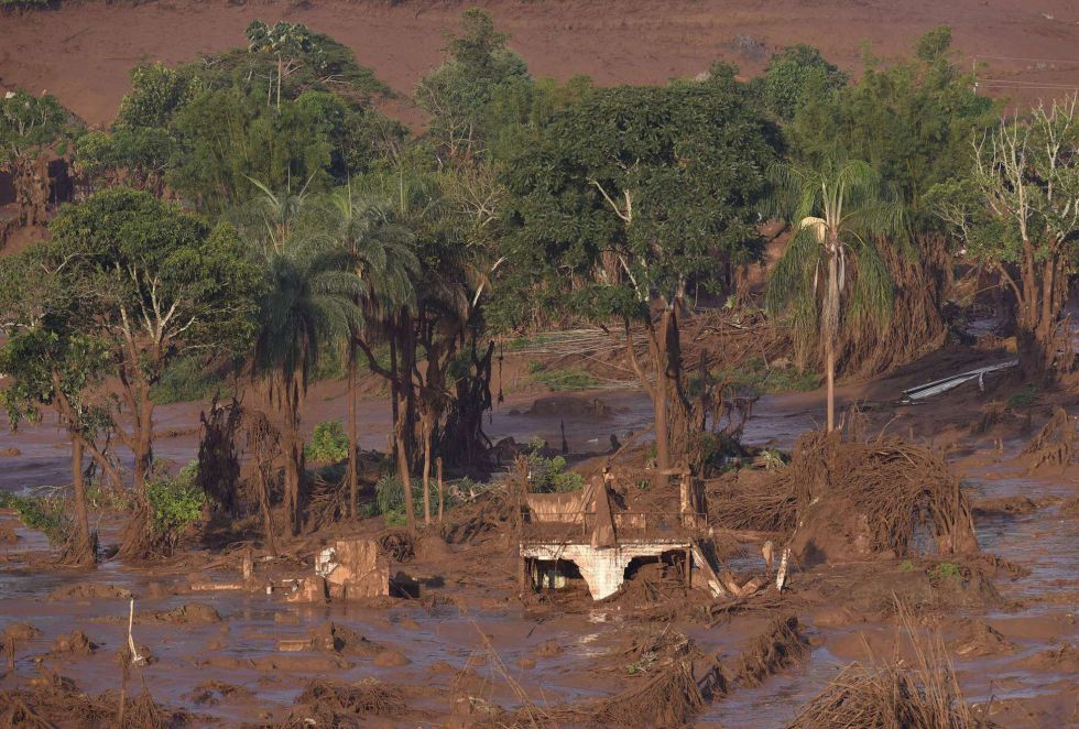 Rompimento de barragens da mineradora Samarco provoca 'tsunami de lama' e arrasa vilarejo de Bento Rodrigues, na região central de Minas Gerais. Tragédia causou mortes e deixou feridos. Mais de 500 pessoas ilhadas já haviam sido resgatadas pelos bombeiros até esta sexta-feira.