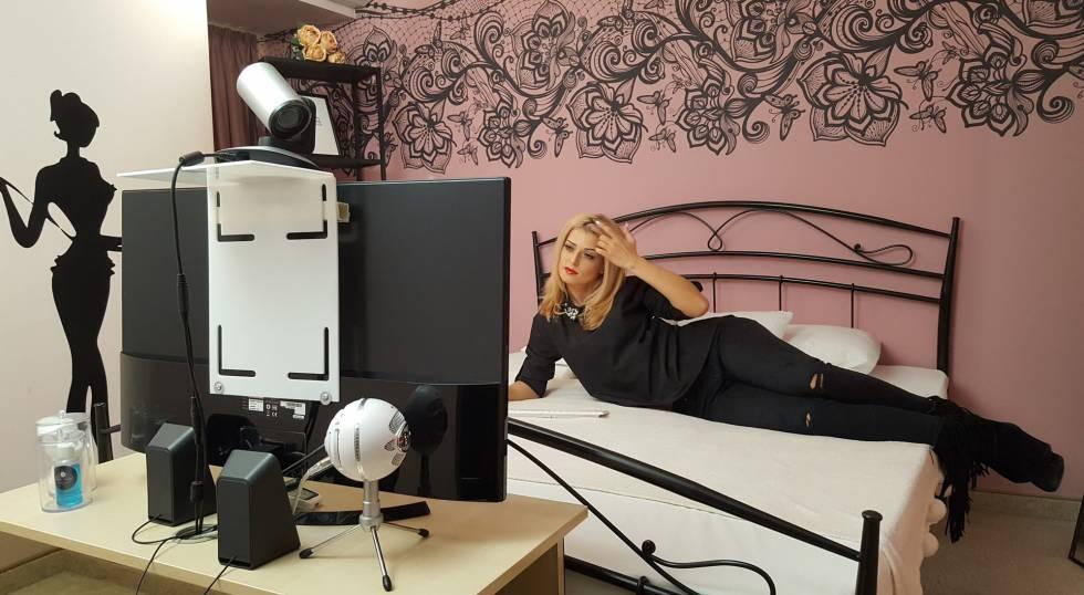 A modelo Sandra Diamond em um quarto dos estúdios Gloria Agency de Bucareste.