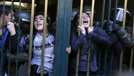 Estudantes presos em Santiago de Chile durante um protesto.