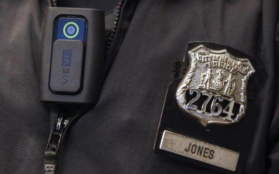 Um policial de Nova York com uma câmera.