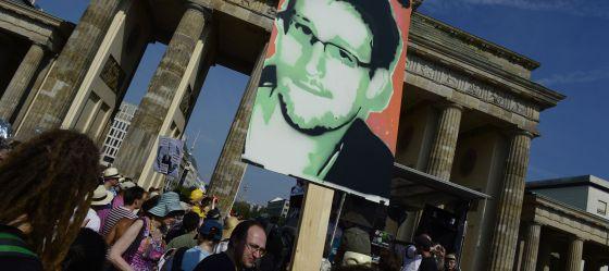 Manifestantes com uma imagem de Snowden em Berlim.