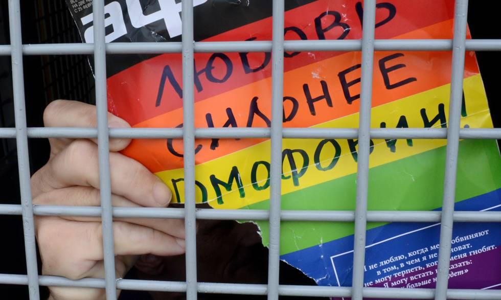 A polícia russa detém uma ativista dos direitos dos homossexuais em uma manifestação em São Petersburgo, em maio de 2016