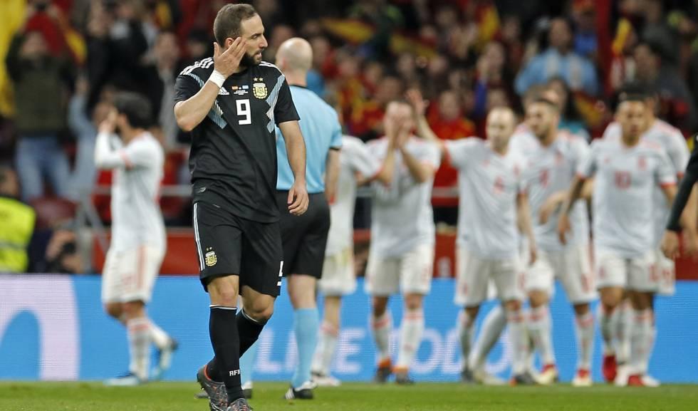 Higuaín lamenta derrota para a Espanha, em Madri.