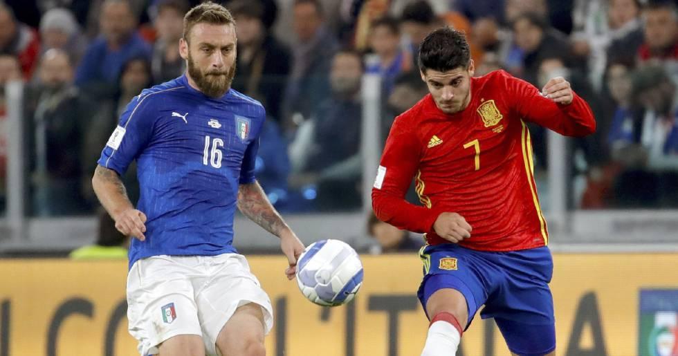 De Rossi e Morata disputam a bola durante o jogo.