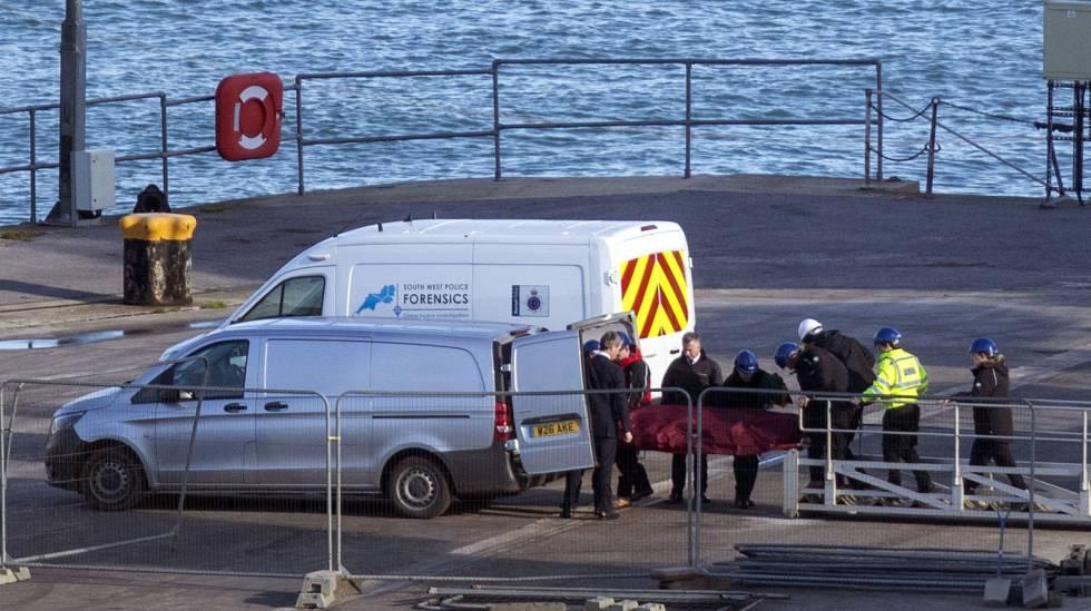 Policiais transportam o corpo encontrado no avião em que Emiliano Sala viajava.