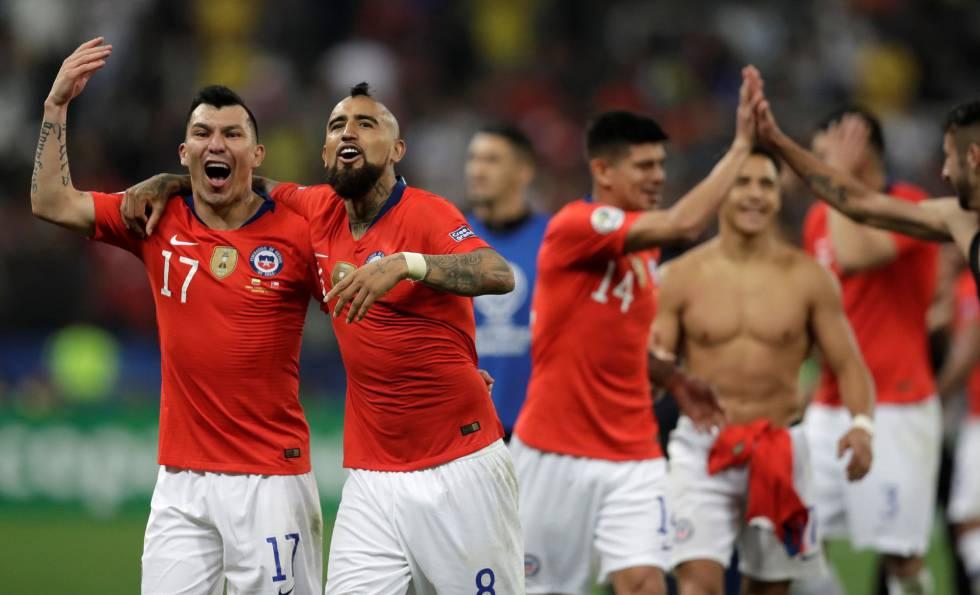 Os jogadores do Chile celebram a vitória.