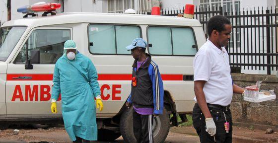 Profissionais da saúde no hospital Connaught, em Freetown (Serra Leoa)