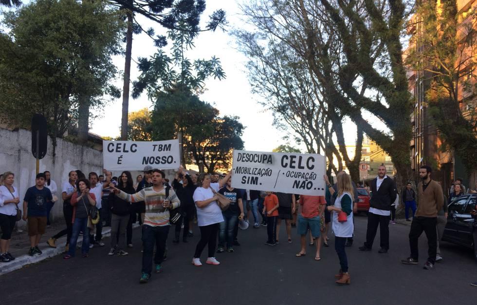 Manifestantes pelo fim da ocupação de uma escola em Curitiba, nesta quinta.