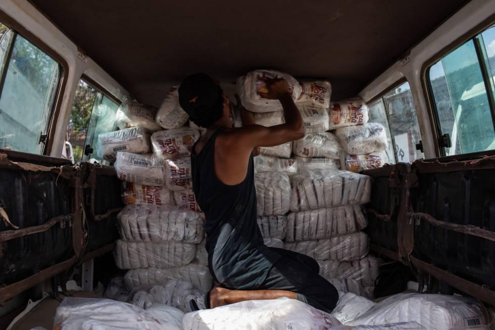 Carregamento de comida em Pacaraima, Brasil, para ser levado à Venezuela.