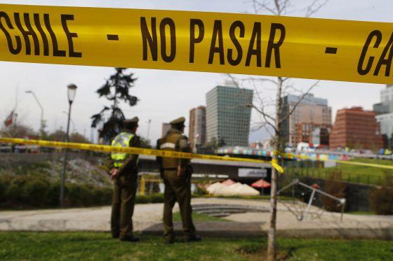 Policiais vigiam a área onde uma bomba explodiu no dia 8.