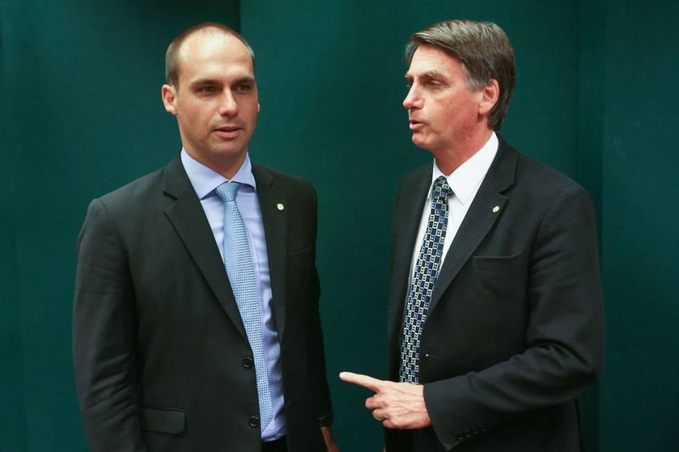 Jair Bolsonaro (d) e seu filho Eduardo, eleito o deputado federal mais votado em SP.