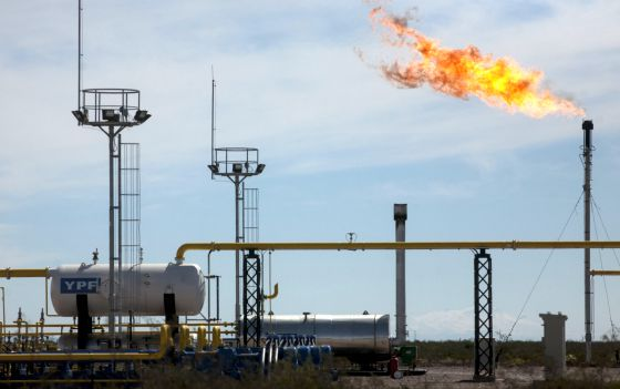 Torres de perfuração e 'fracking' em Vaca Muerta.