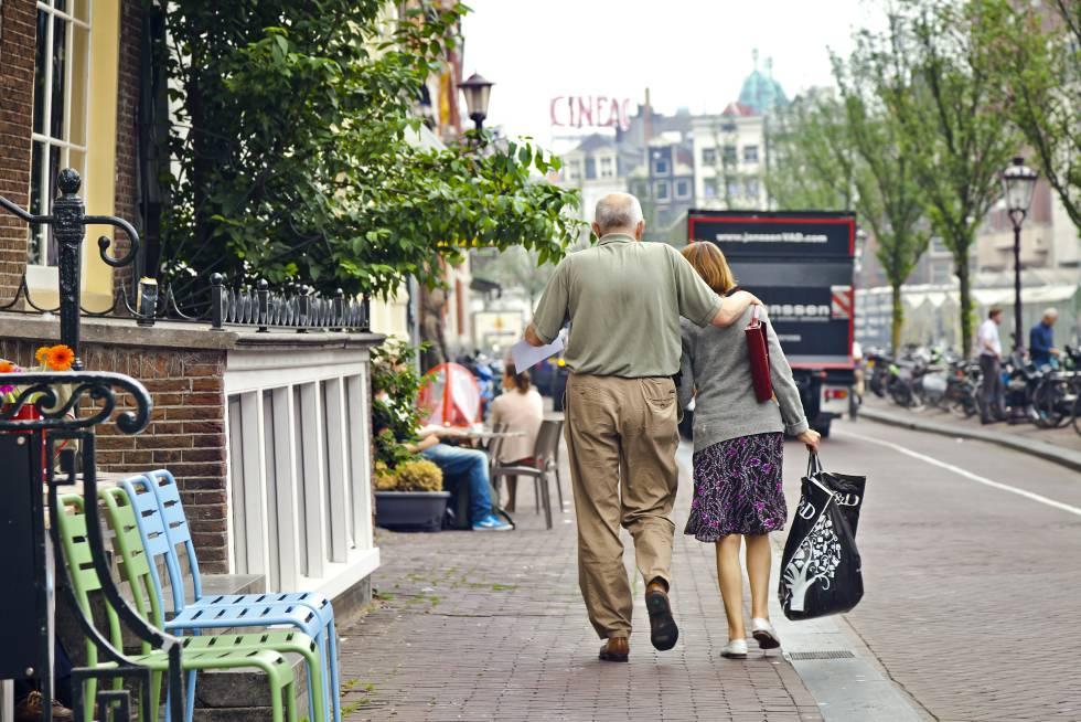 Um casal de idosos entre Koningsplein e Dam Platz em Holanda.