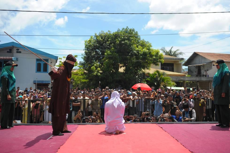 Uma mulher é açoitada diante de uma multidão em Banda Aceh (Indonésia) por infringir a lei islâmica.