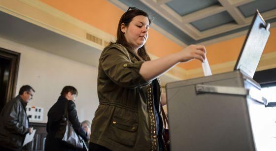 Uma mulher vota no referendo suíço.
