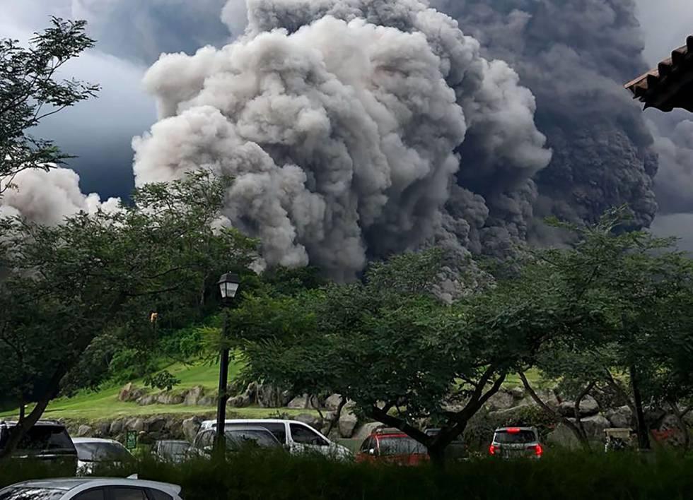 O momento em que o vulcão de Fogo entra em erupção e as chamas se aproximam da cidade de Alotenango.