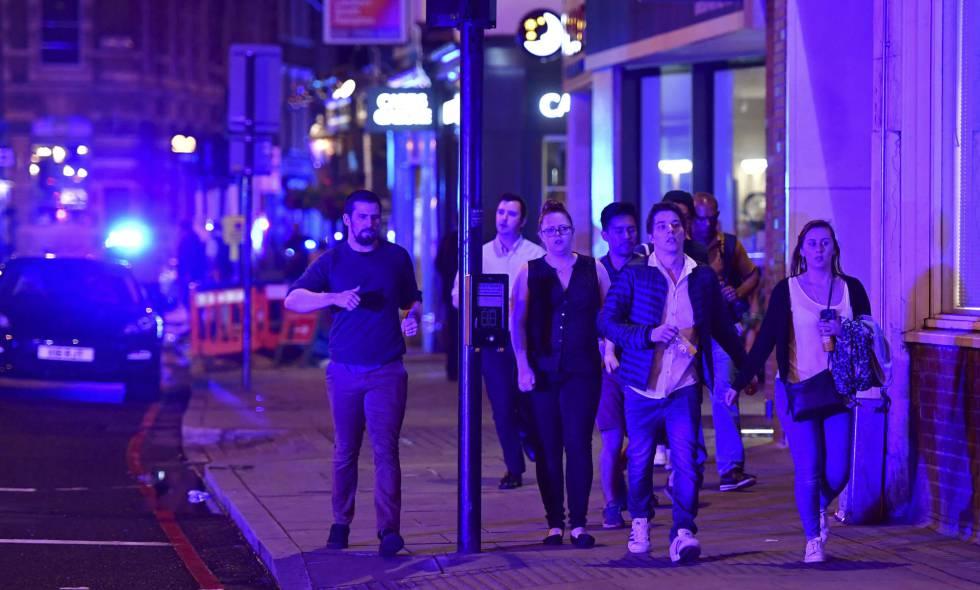 Pessoas descem a rua Borough depois do incidente na London Bridge, de Londres.