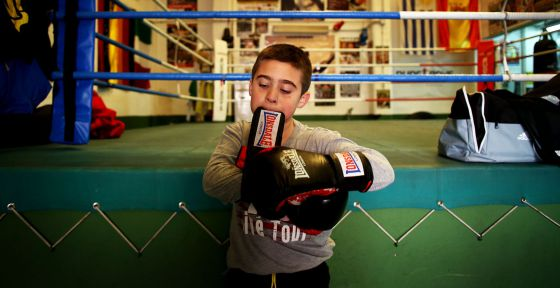 Izan Pérez, campeão da categoria das crianças menores do primeiro campeonato da Espanha de boxe sem contato, para meninos.