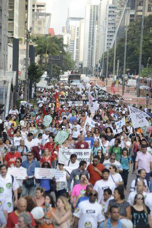 Professores de São Paulo protestam na Paulista.