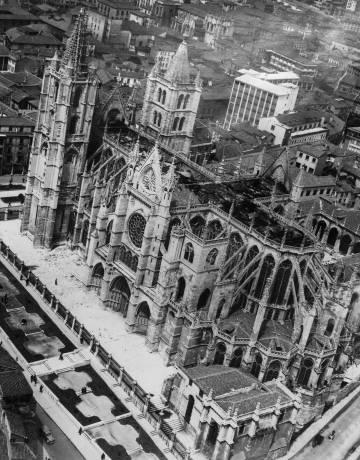 Vista aérea da Catedral de León, após o incêndio ocorrido em maio de 1966.