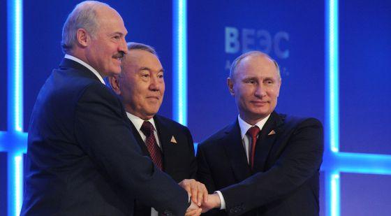 O presidente da Rússia, Cazaquistão e Bielorrúsia depois do acordo.