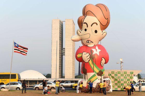 Boneco inflável da presidenta Dilma Rousseff em frente ao Congresso.
