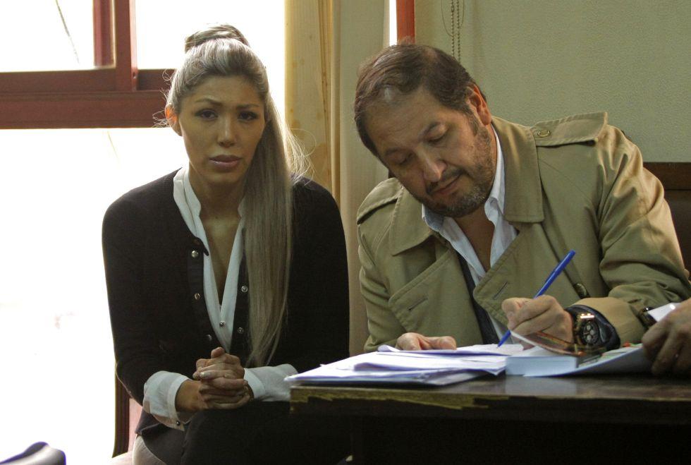 Gabriela Zapata, acompanhada de seu advogado Walter Zuleta.