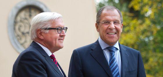Steinmeier (esquerda) e Sergei Lavrov, antes da reunião em Berlim.
