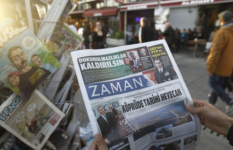 Homem lê o periódico 'Zaman' dois dias após sua direção ser substituída.
