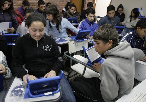 Estudantes de escola pública uruguaia recebem um novo computador.