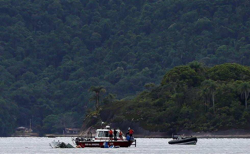 Equipes de resgate buscam os corpos das vítimas da tragédia com o avião que transportava o ministro do STF Teori Zavascki, em Paraty.