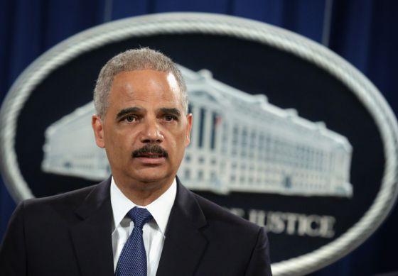 O promotor geral, Eric Holder, anuncia a acusação contra os supostos piratas.