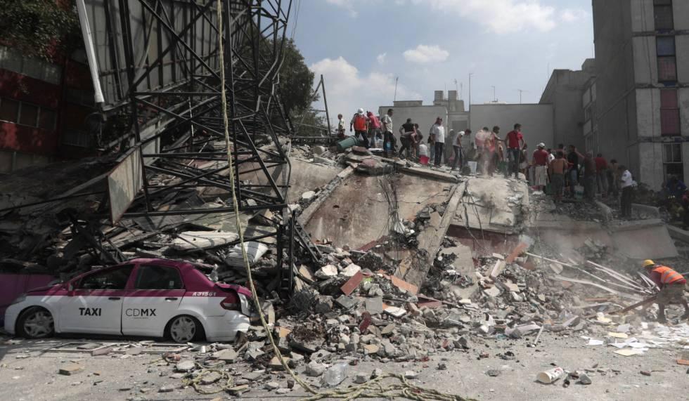 Voluntários fazem busca em um edifício que desmoronou no bairro de Roma.