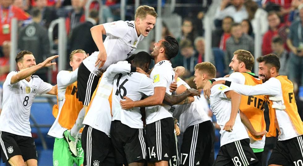 A seleção alemã comemora seu primeiro título na Copa das Confederações.