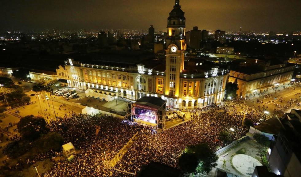 Show de Caetano Veloso levou milhares à Estação Julio Prestes na Virada Cultural de 2015.