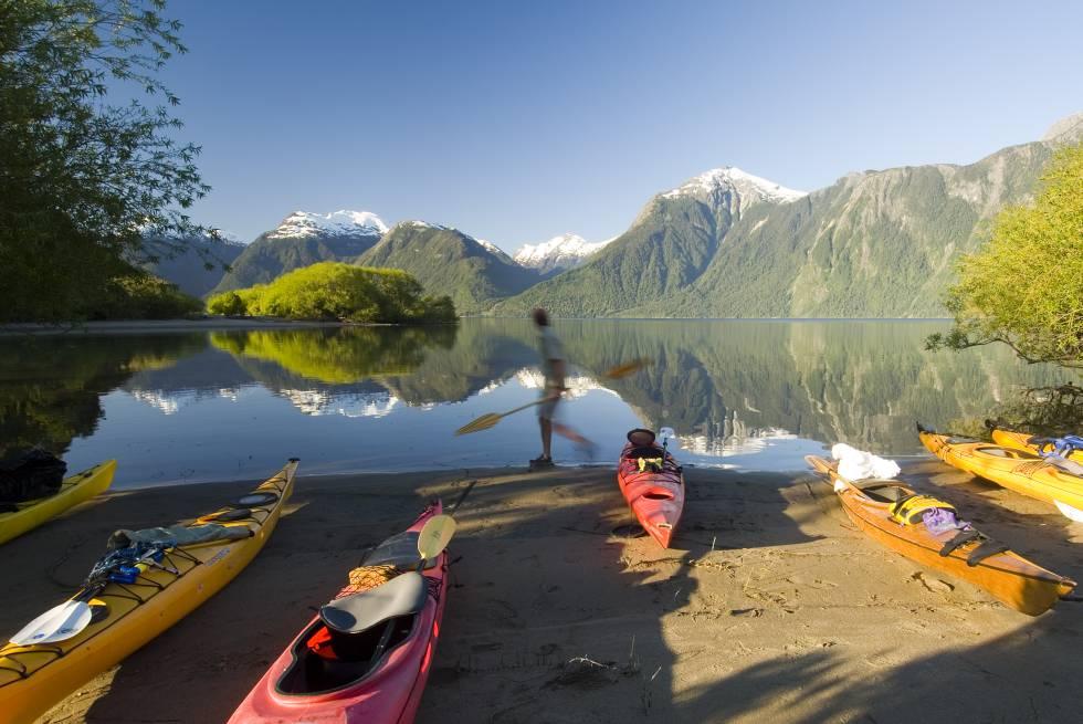 Caiaques no lago Yelcho, de origem glacial, na região chilena de Los Lagos.