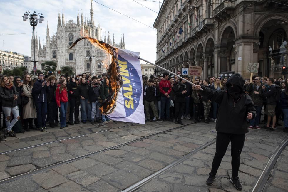 Protestos contra o ministro do Interior italiano em 16 de novembro em Milão, no chamado 'No Salvini Day'.