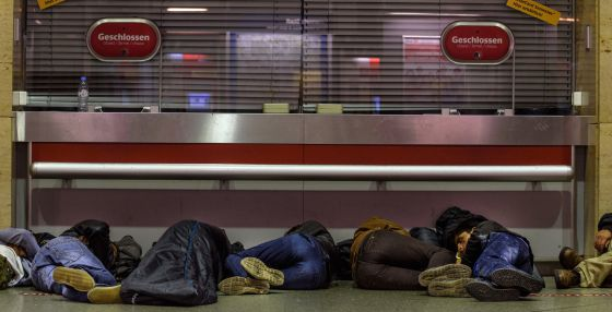 Refugiados dormem na bilheteria da estação central de Munique.