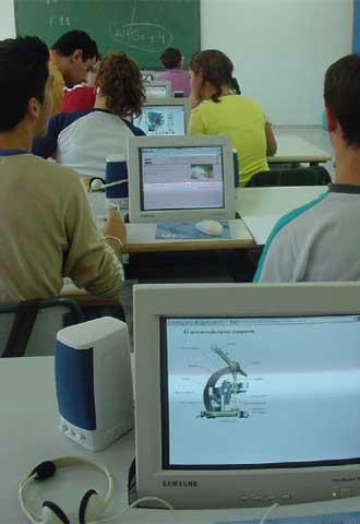 Un grupo de alumnos trabaja en clase con el ordenador.