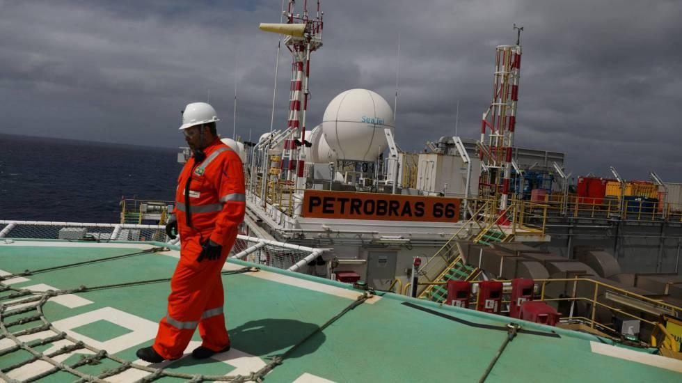 Trabalhador em uma planta da Petrobras.