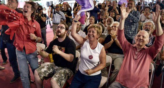 Seguidores do Syriza comemoram os resultados das eleições.