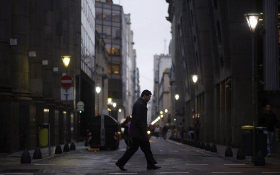 Um homem caminha pelo distrito financeiro em Buenos Aires