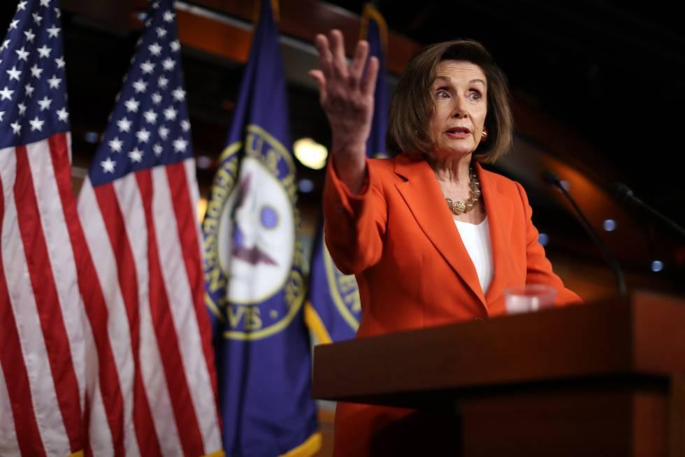 Nancy Pelosi, nesta quinta-feira no Capitolio, dirige-se à imprensa antes do voto na Câmera.