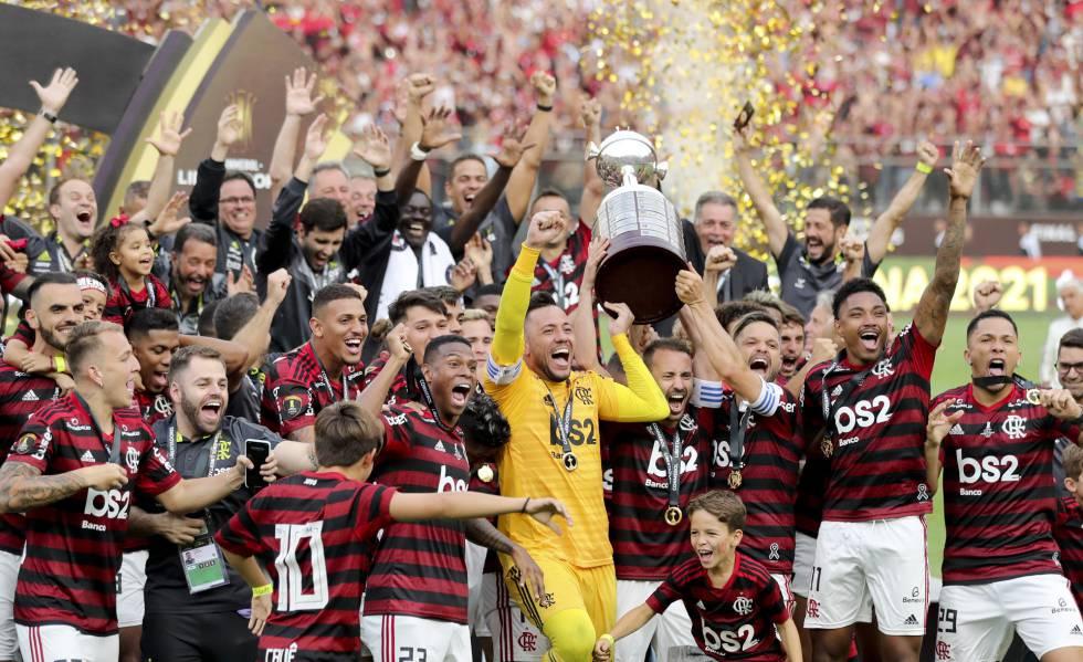 Diego Alves, Everton Ribeiro e Diego erguem a taça de campeão da Libertadores.