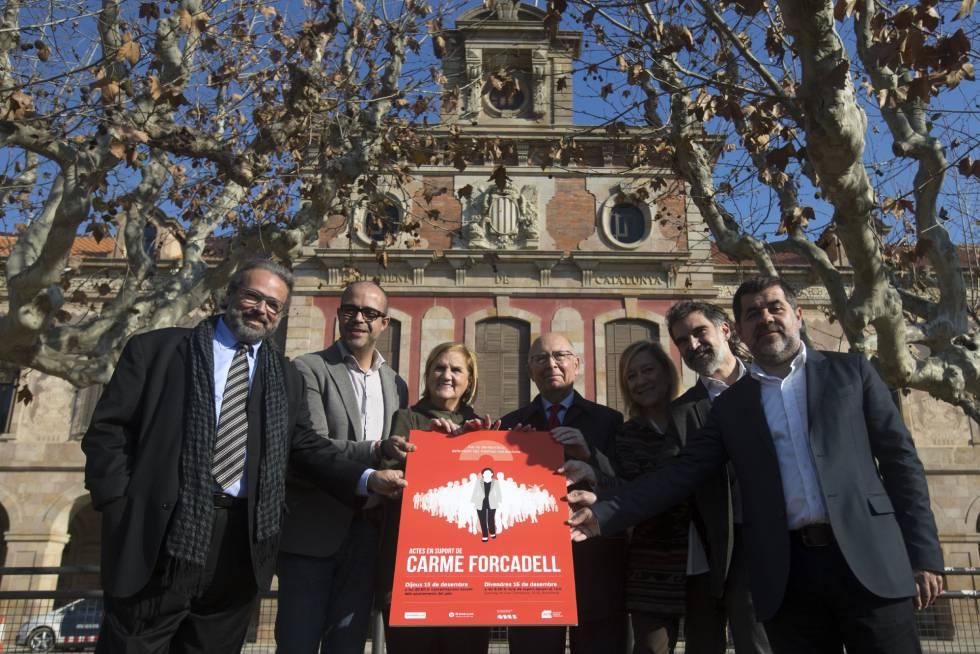 Políticos e dirigentes de entidades em um ato de apoio a Carme Forcadell, presidenta do Parlamento.