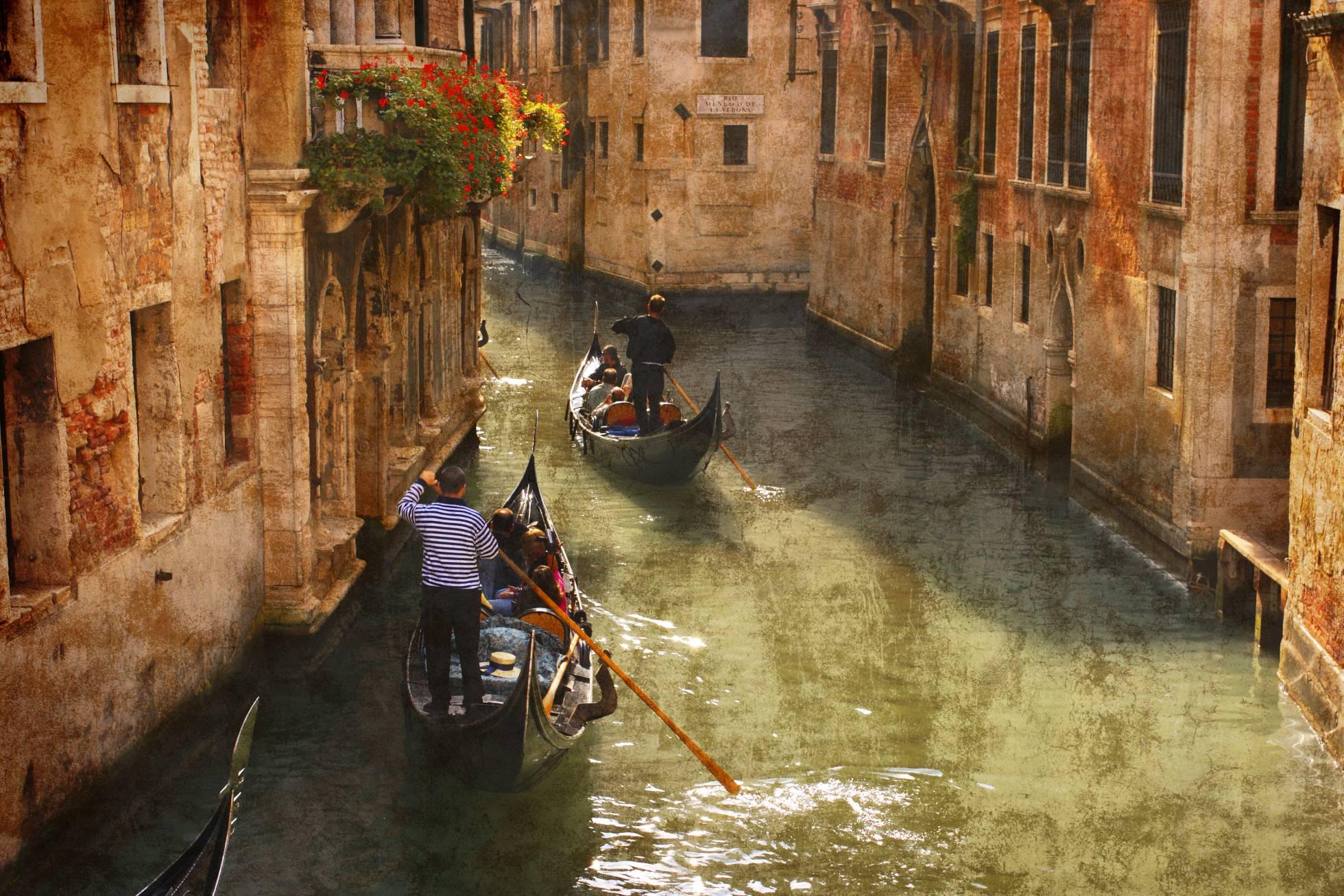 Cuando Jan Morris (1926) llegó a Venecia a finales de los cincuenta no pudo sustraerse al voluptuoso encanto que emanaba.