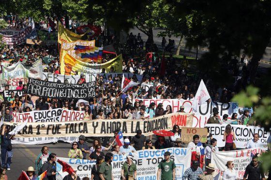 Centenas de manifestantes em uma passeata estudantil no Chile.