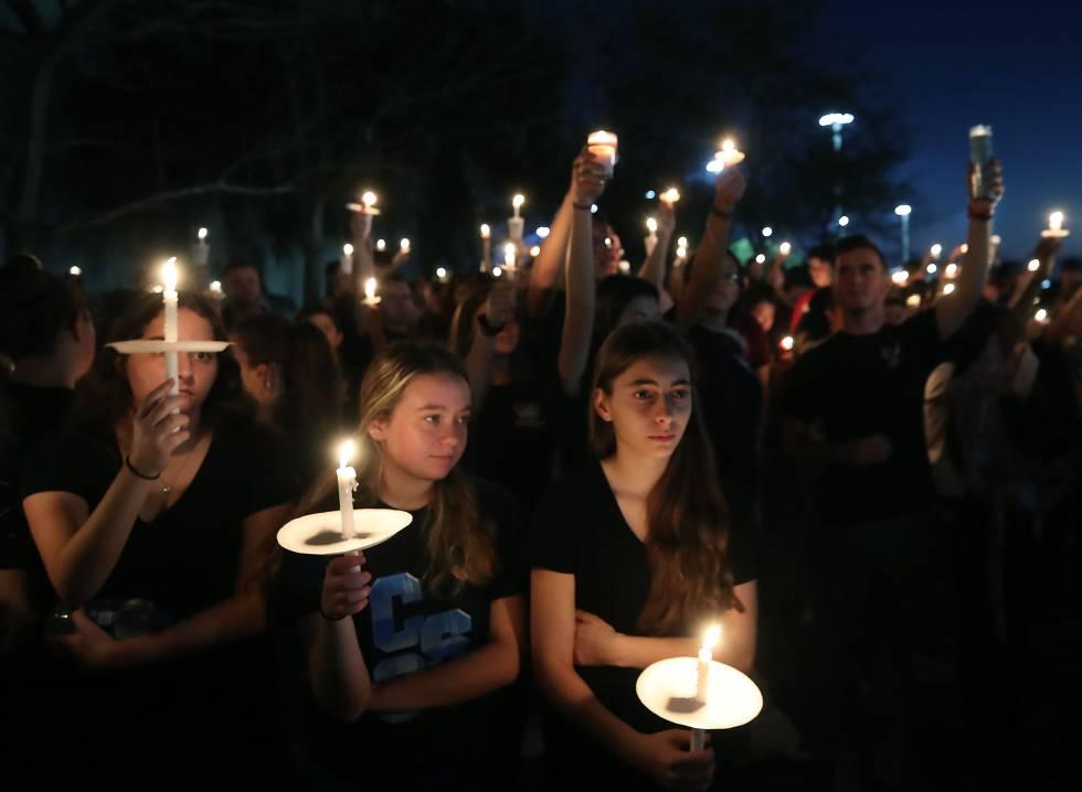 Estudantes e familiares fazem uma vigília em Parkland pelas vítimas do ataque a tiros de fevereiro de 2018.